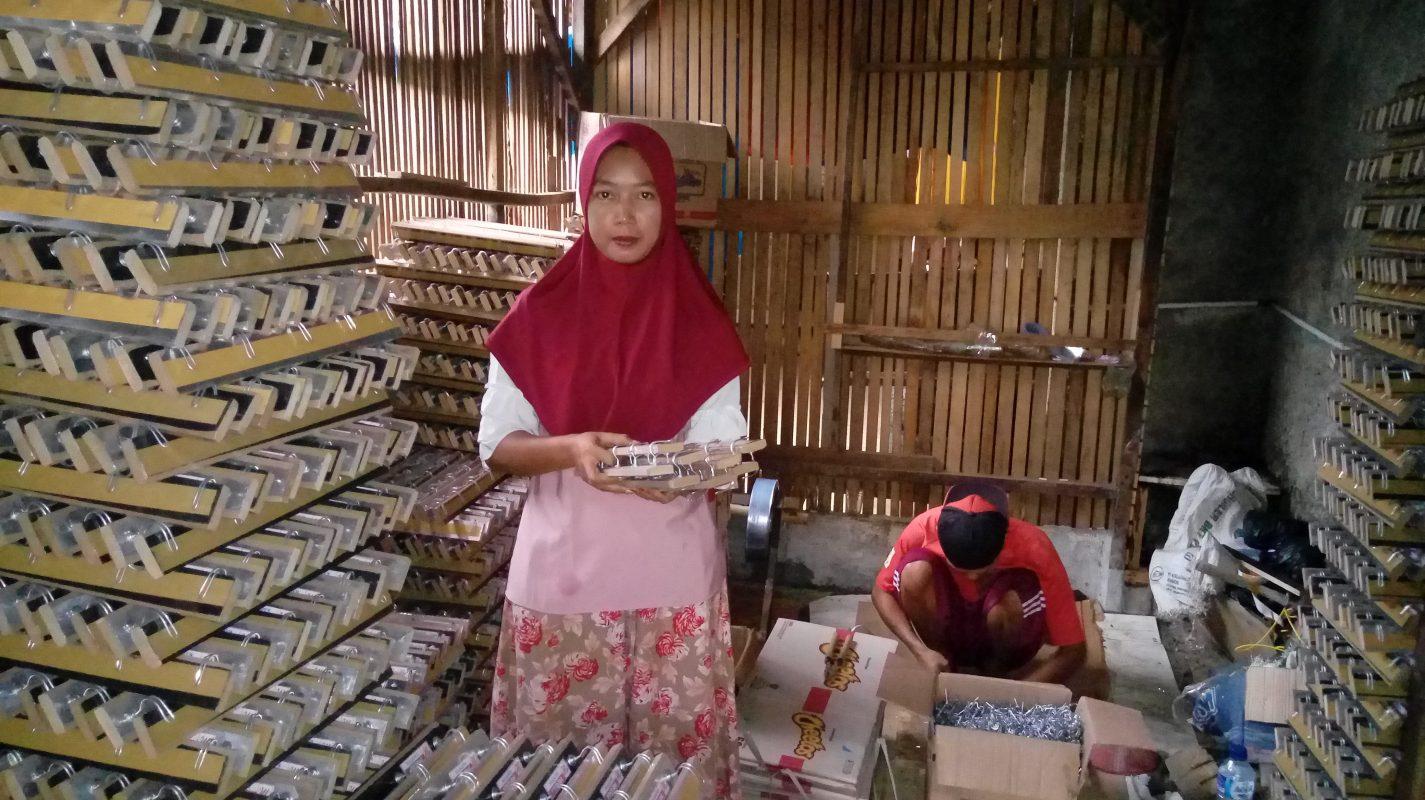 Pengusaha kapstok, ibu Wahyuni (35) di desa Kemang, Bogor, Jawa Barat terbantu dengan modal Amartha. Kini, produknya telah tersebar di Jakarta dan Bandung. Dok: Amartha