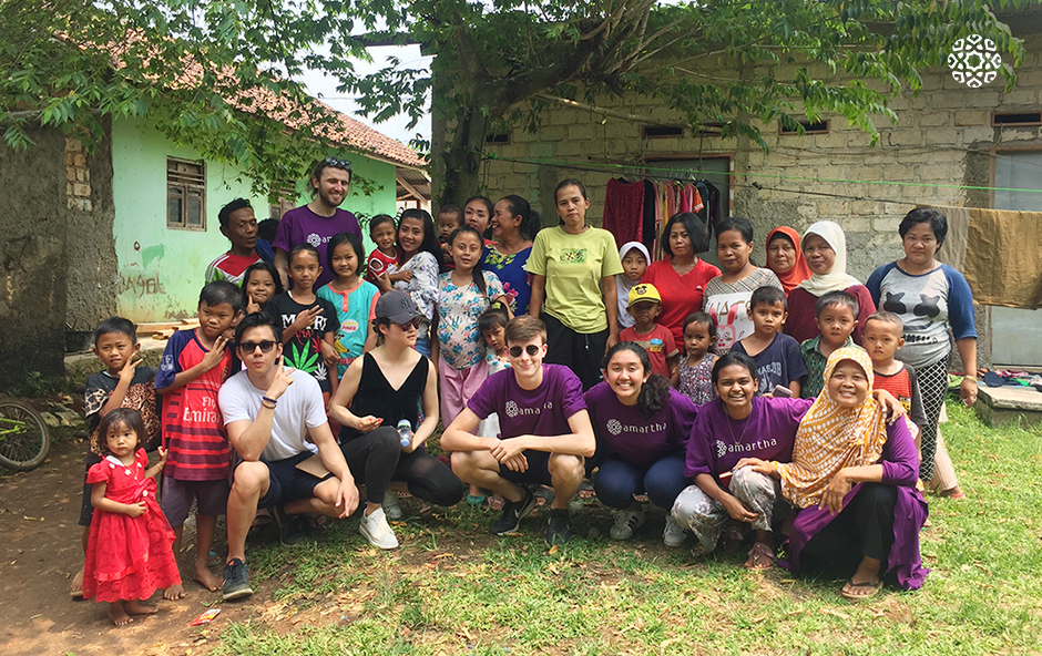 Tim Oxford Microfinance Initiative bersama ibu-ibu mitra usaha Amartha di Desa Ciseeng, Rabu (11/4) di Desa Ciseeng, Bogor, Jawa Barat.