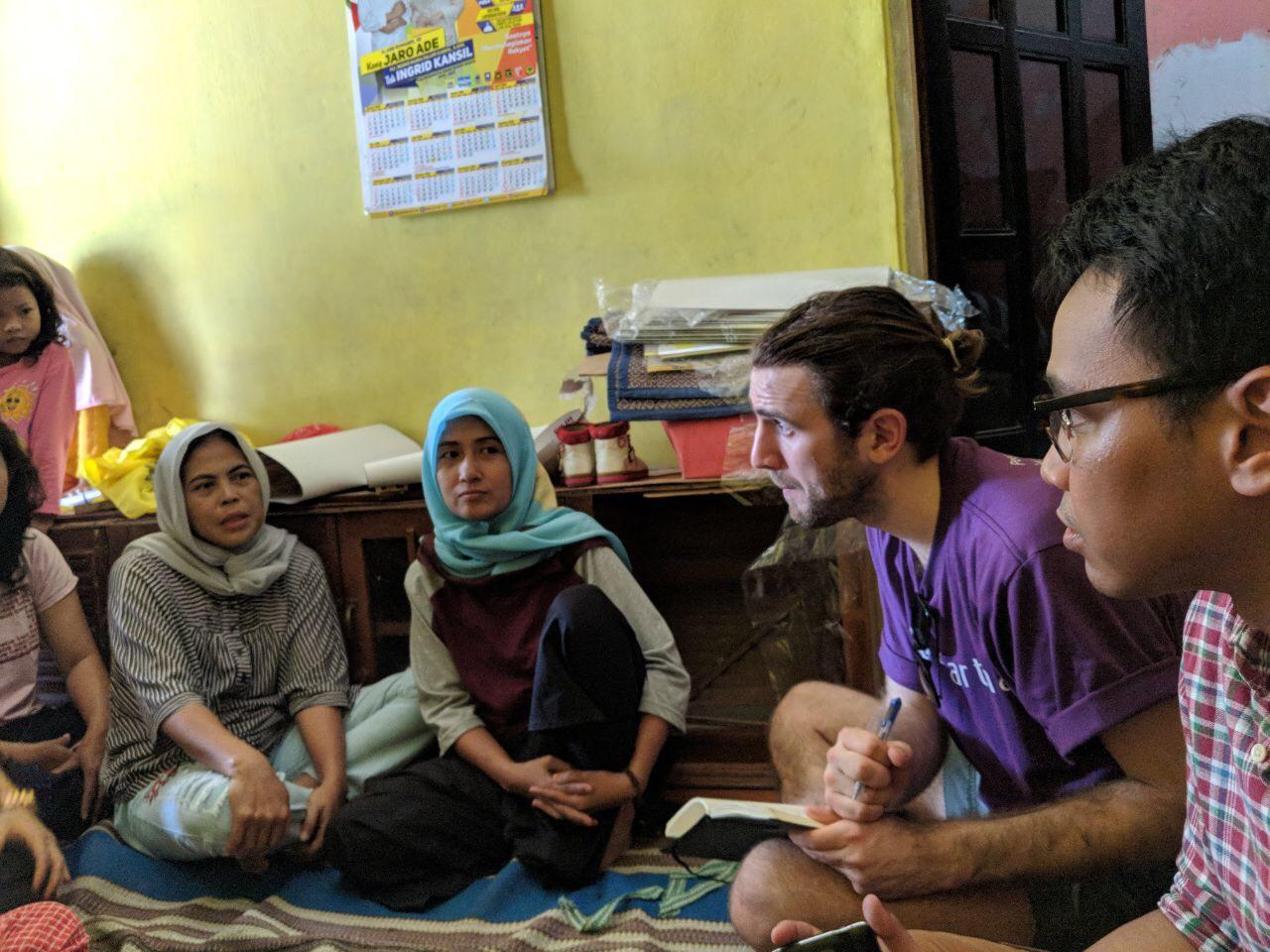 Oxford Microfinance Initiative bersama tim Amartha memberikan pelatihan kepada ibu-ibu mitra usaha.