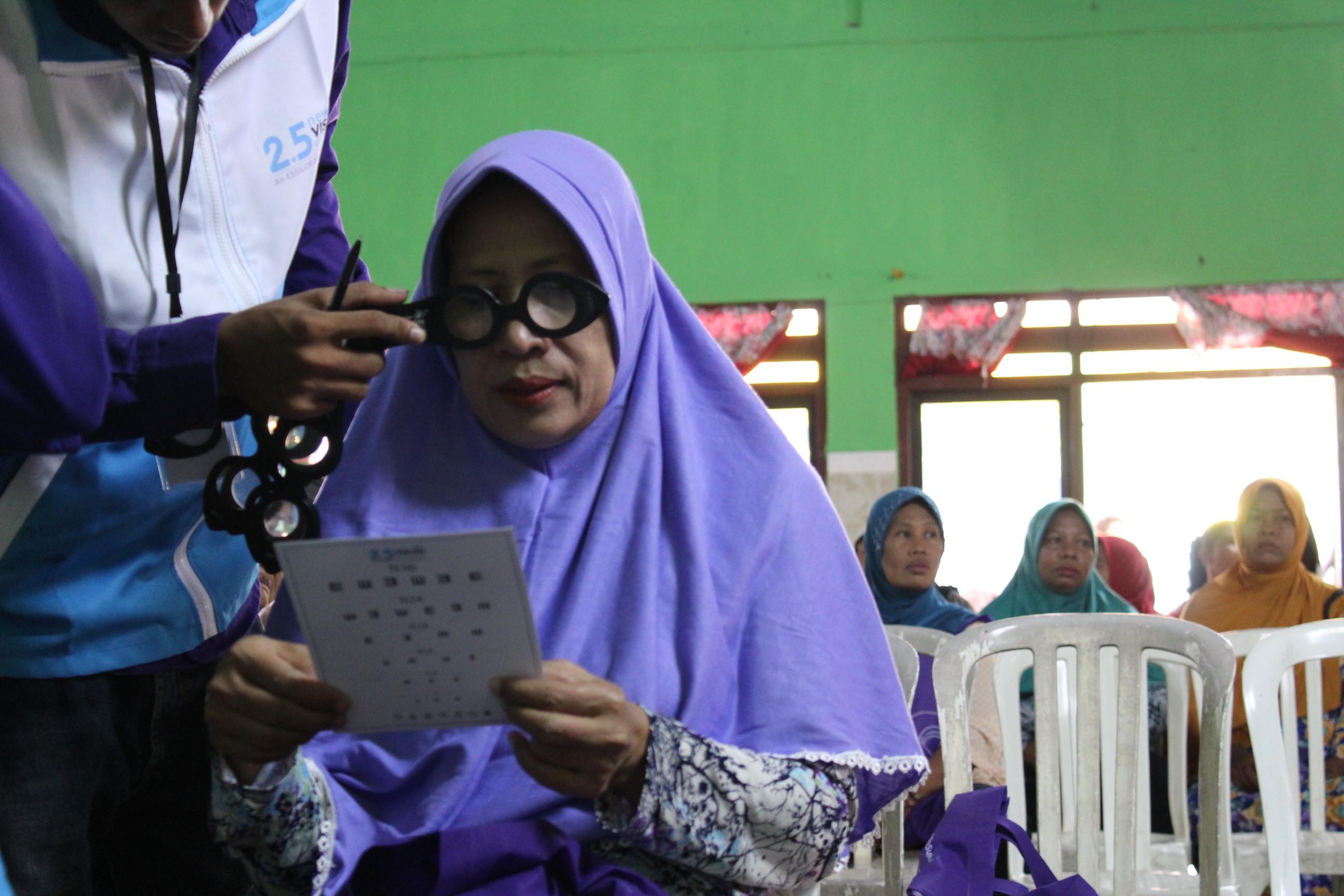 Ribuan Kacamata Gratis untuk Ibu-Ibu di Desa
