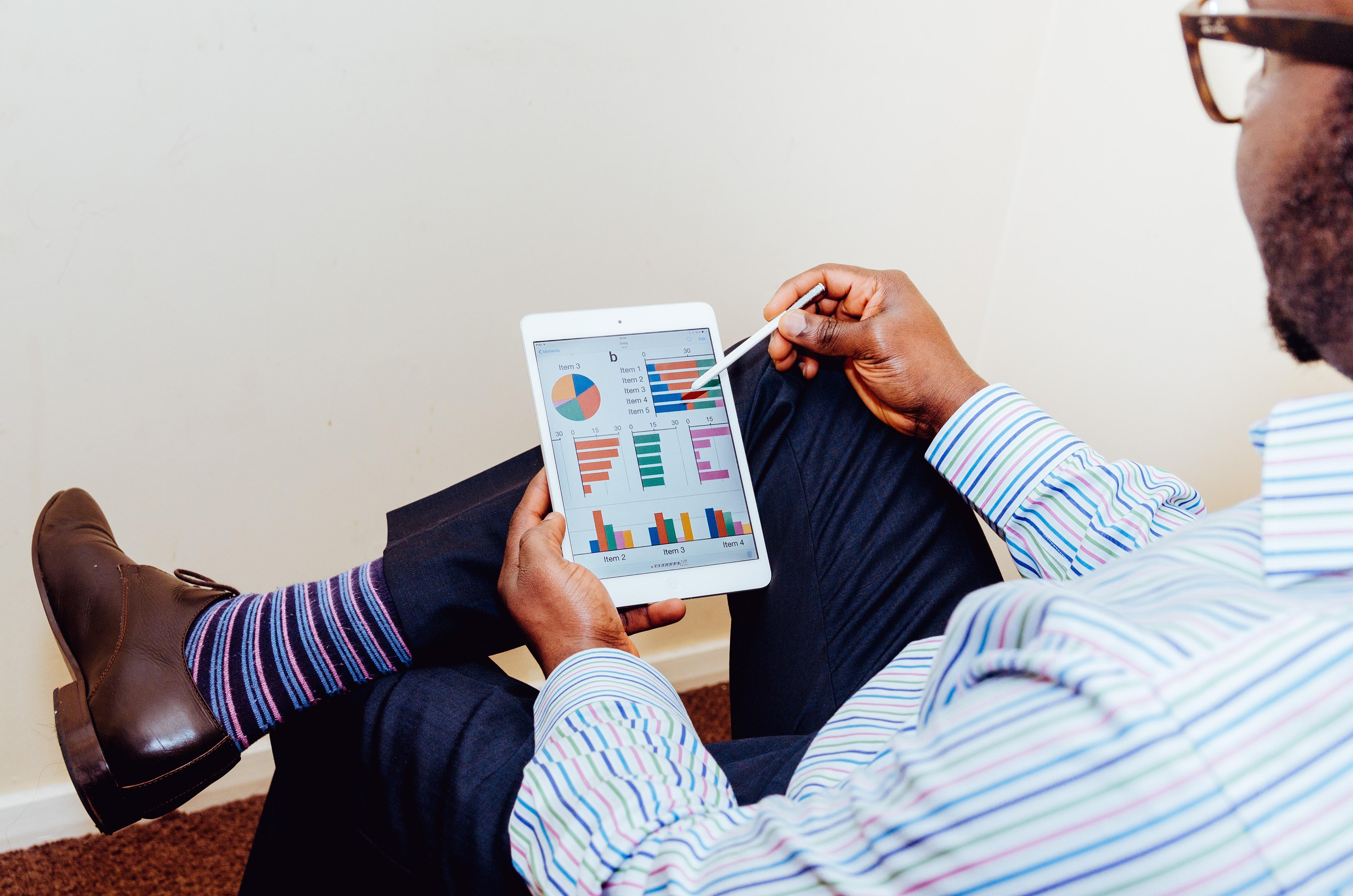 Pengguna sedang melihat statistik keuangan